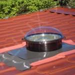světlovod ALLUX 350 - instalace v šikmé střeše s vlnitou plechovou krytinou